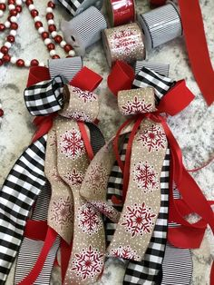 How to create easy DIY Christmas bows for your tree. Ribbon On Christmas Tree, Christmas Ornaments To Make, Christmas Ribbon, Outdoor Christmas Decorations, Christmas Tree Toppers, Christmas Fun, Christmas Wreaths, Christmas Themes, Xmas