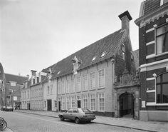 De Rode Weeshuisstraat met het Rode Weeshuis na restauratie. 1995 - Foto's SERC