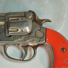 cap gun (pistolet jouet à capsules de poudre).