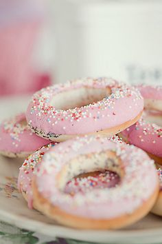 Lovely Pink Pastel Donuts with Sprinkles Slow Cooker Desserts, Donuts, Fun Desserts, Delicious Desserts, Dessert Recipes, Dessert Healthy, Pink Sweets, Pink Frosting, Pink Foods