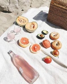 E food beach picnic, summer aesthetic, food photography Summer Aesthetic, Aesthetic Food, Beach Aesthetic, Aloe Vera Creme, I Need Vitamin Sea, Beach Picnic, Fresco, Summer Time, Pink Summer