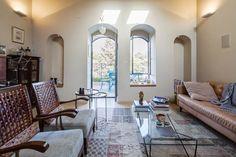 כל הרהיטים בסלון, למעט הספה, עברו לכאן מהבית הקודם. במזנון הזכוכית יש אוסף מיניאטורות ( צילום: טל ניסים )