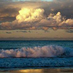 . Abrazos de sol y nube. Abrazos de nube y mar Abrazos de mar y tierra. Abrazos de tierra y sol Abrazos de vuelta a empezar.  Tardes espectaculares. Distintas. Emocionantes o decepcionantes, no se, depende de la mirada, indagativas, especulativa, aclaradoras.  Bellos abrazos naturales......hermosas entregas......solo la sabiduría del alma, su pureza como ente y su limpieza como ser son capaces de reconocer y agradecer estos abrazos.  Bienvenidos abrazos, hijos del amor y la comprensión, la…