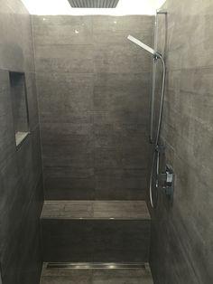 Begehbare Dusche, graue Fliesen in Betonoptik, geflieste Sitzbank