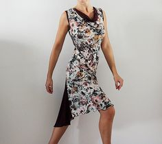 Floral print tango dress Charming and feminine! The straight line pattern on the front with draped neckline Inserts on the back: flared and flowing tail that accentuates the movement, back detail with opening closed with buttons covered by hand with the same fabric fabrics: floral print viscose jersey viscose jersey burgundy color Being natural, they have good breathability and moisture absorption (sweat) Comfortable and very elastic Size: suits IT- 40-42-44, UK-8-10-12, USA- 4-6-8, FR…