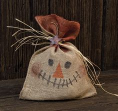 Scarecrows are a classical accent for fall, and these bags are adorable! Stuffed natural burlap bag with a painted smiling scarecrow face, accented with a raffia tie and a rusty tin star. Diy Halloween, Rustic Halloween, Adornos Halloween, Halloween Decorations, Primitive Scarecrows, Primitive Fall, Primitive Crafts, Primitive Country, Burlap Projects