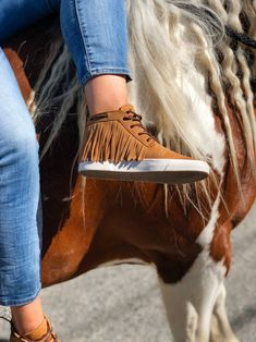 Fringe shoes for the win Cowgirl Style, Cowgirl Boots, Western Style, Cowboy Hats, Equestrian Outfits, Equestrian Style, Equestrian Fashion, Western Shoes, Horse Fashion