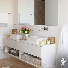 30 ideas para combinar tus muebles de baño de estilo actual · 30 ideas to combine your bathroom furniture Bad Inspiration, Bathroom Inspiration, Bathroom Design Small, Bathroom Interior Design, Bathroom Designs, Bathroom Countertops, Laundry In Bathroom, White Bathroom, Dyi Bathroom