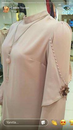 Sleeves Designs For Dresses Kurti Sleeves Design, Sleeves Designs For Dresses, Dress Neck Designs, Sleeve Designs, Kurti Designs Party Wear, Kurta Designs, Blouse Designs, Mode Abaya, Mode Hijab