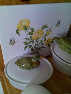 Hand gemalte Dose mit Stockente. Gelbe Rosen mit Schmetterling, beides bei 865 Grad gebrannt