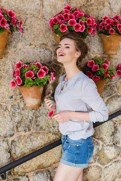 Bluza vascoza casual: croiala confortabila, drapaje pe umeri, panglici la decolteu care formeaza  o fundiță si dau bluzei un farmec aparte. Planter Pots, Floral Wreath, Wreaths, Instagram Posts, Casual, Decor, Fashion, Moda, Floral Crown