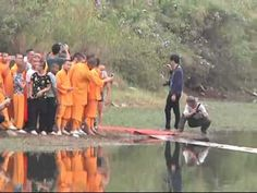 A monk from a Shaolin Temple in southeast China' s Fujian Province recently ran across the surface of a water reservoir for a total distance of 118 meters on. Kung Fu Martial Arts, School Fundraisers, Keep Fit, Aikido, Viral Videos, Outdoor Camping, Serenity, It Is Finished, Running