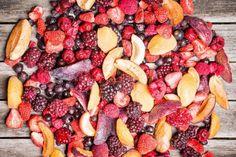 Ovocie sušené mrazom má rovnaký obsah vitamínov, minerálov, antioxidantov, omega-3 a 6 mastných kyselín. Lyofilizáciou sa zlikvidujú všetky baktérie. Acai Bowl, Omega, Plum, Fruit, Breakfast, Food, Acai Berry Bowl, Morning Coffee, Essen