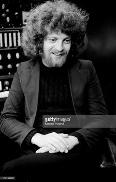 LONDON - JULY: Jeff Lynne of Electric Light Orchestra (ELO), portrait, in recording studio, London, July (Photo by Michael Putland/Getty Images) Elo Band, Jeff Lynne Elo, Travelling Wilburys, Beat Generation, Electric Light, Band Photos, Music People, Recording Studio, Record Producer