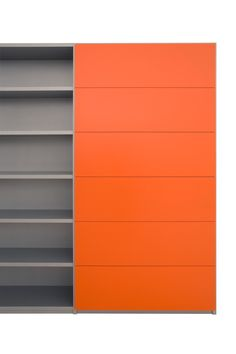 XXL-Container boekenkast met romp in aluminium kleurcoating, kleppen en lades in oranje coating.