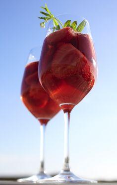 Unser beliebtes Rezept für Sansibars Erdbeerbowle und mehr als 55.000 weitere kostenlose Rezepte auf LECKER.de.