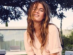 Trend Alert: Diese Färbetechnik aus L.A. macht dem Balayage-Trend Konkurrenz. Denn Gloss Smudging zaubert dir DIE perfekte Haarfarbe für den Sommer. Das Beste daran: Für den Look ist kein stundenlanges Sitzen beim Friseur nötig. Es kommt lediglich auf den letzten Step der Haarwäsche an.