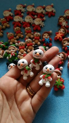 Aplique Natal, Boneco de neve Polymer Clay Ornaments, Polymer Clay Figures, Cute Polymer Clay, Polymer Clay Projects, Polymer Clay Charms, Handmade Polymer Clay, Polymer Clay Jewelry, Clay Crafts, Clay Beads