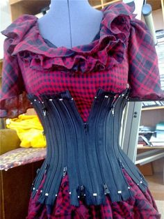 Zipper Corset When were zippers invented? A beautiful way to reuse old zippers. Costume Steampunk, Steampunk Diy, Steampunk Fashion, Diy Clothing, Sewing Clothes, Sewing Jeans, Diy Fashion, Ideias Fashion, Fashion Design