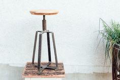 Im 2G WERK Manufaktur Stil, eigenes Design & handmade - Holz trifft auf rustikales Metall - wunderschöner Hocker, vielseitig einsetzbar.  Werkstatthocker Industriehocker...
