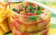 Faites une compote de rhubarbe aux fraises avec notre recette facile. Un dessert fruité de saison.