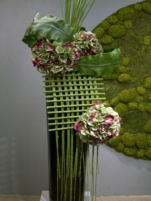 Braided leaves with hydrangea - No designer name but showsthe product… Contemporary Flower Arrangements, Unique Flower Arrangements, Unique Flowers, Beautiful Flowers, Arte Floral, Deco Floral, Floral Design, Flower Show, Flower Art