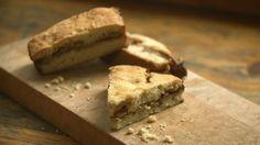 Quatre-quarts aux pommes et au dulce de leche - Recettes - À la di Stasio Quebec, Dessert Recipes, Desserts, Baked Goods, Banana Bread, Muffins, Cookies, Baking, Sweet