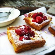Recept: deze snelle zomerse aardbeien taartjes met bladerdeeg zijn heel eenvoudig te maken. Kinderen vinden dit ook heerlijk. Recept aardbeientaartjes 250gr
