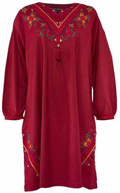 Weihnachten 2014 - Das Kleid Tintomara ist mit vielen Stickereien, Pailetten, Borten und Troddeln verziert. Erhältlich in den Farben Moosbeere oder Schwarz. http://www.gudrunsjoeden.de/mode/produkte/kleider