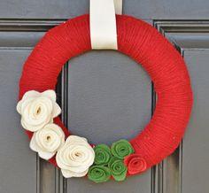 Corona di filato di Natale mirtilli con crema e verde feltro fiori, Holiday Wreath, decorazione di Natale, corona di Natale fatti a mano, Holiday Decor