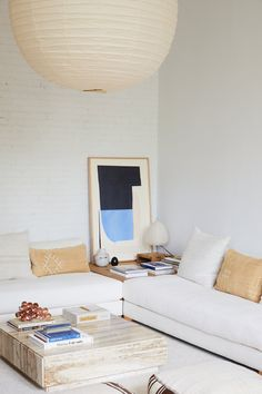 white bedroom with low-slung white sofas Living Room Furniture, Living Room Decor, Living Rooms, Apartment Living, Barn Living, Cozy Living, Office Furniture, Home Interior, Interior Design