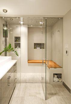 Idee per bagni moderni con il soffitto della doccia in piastrelle di mosaico - piccolo bagno ma di grande effetto, pavimenti in travertino