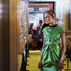 La colección Crucero 2018 de Gucci propone diseños con influencia renacentista en la que destacan los cortes griegos y romanos pantalones palazzo y estampados románticos con toques retro. Todos los detalles en www.harpersbazaar.mx. #BazaarMx #HarpersBazaarMx #ThinkingFashion #Gucci #Cruise2018 #AlessandroMichele  via HARPER'S BAZAAR MEXICO MAGAZINE OFFICIAL INSTAGRAM - Fashion Campaigns  Haute Couture  Advertising  Editorial Photography  Magazine Cover Designs  Supermodels  Runway Models
