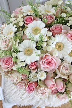 I never thought to pair my favorite flowers, daisies, with pink roses.  So pretty.