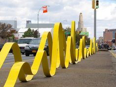 Based in Brooklyn, Emily Weiskopf offers us to discover his latest installation called 'Unparallel Way' and placed in his neighborhood representing an impressive yellow structure in the form of meandering track. Parking Design, Signage Design, Banner Design, Urban Furniture, Street Furniture, Environmental Graphics, Environmental Design, Outdoor Sculpture, Outdoor Art