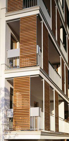 Brises solares com moldura em alumínio e barras em madeira. this one by Vettaflex.
