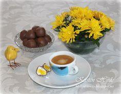 Hjemmelagde sjokoladeegg med vaniljefyll og gul plomme. Fantastisk søte og gode konfektpåskeegg. Oppskriften anbefales.