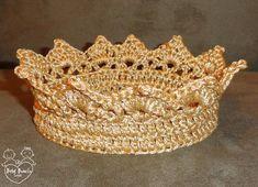 """** FOTO GENTILMENTE CEDIDA PELA FOTÓGRAFA DERLI SOARES *** <br> <br>Coroa em crochê confeccionada com linha grossa, cor ouro, com fios dourados (unisex). <br> <br>OBS.: NÃO É MINI-COROA. <br> <br>O príncipe e a princesa ficarão uma graça! <br> <br>Ideal para ensaios fotográficos. <br> <br>Faixa de tamanhos (circunferência): <br> <br>RN (34-36cm) <br> <br>1-3 meses (38-40cm) <br> <br>3-6 meses (42-44cm) <br> <br>ATENÇÃO: <br>- Por favor, informe o tamanho desejado do produto em """"Contatar…"""