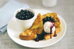 Try our brioche french toast recipe with blueberry compote.Our easy french toast with brioche is an easy french toast recipe. French toast made with brioche Awesome French Toast Recipe, Best French Toast, Pain Perdu Simple, Brunch Recipes, Breakfast Recipes, Breakfast Ideas, Morning Breakfast, Brunch Ideas, Eat Breakfast