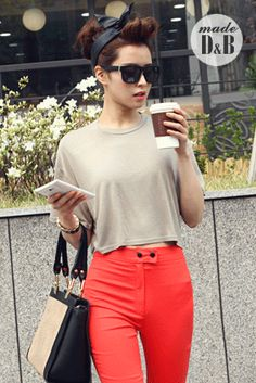 Today's Hot Pick :Basic Relaxed Fit Crop Top http://fashionstylep.com/SFSELFAA0020866/insang1en/out Being stuck in the city during the summer season is not as bad as you think. Make this break a chance to rebuild your wardrobe by turning your vacation into a shopping mecca. Beat the heat by wearing this loose cropped tee that sports a round neckline and short sleeves with a boxy structure that makes this ideal for shopping and trying on clothes. Pair this with fully-printed shorts and ...