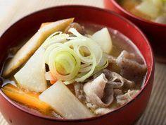 煮込まないのが正解! 野菜の甘さに感激する意外な「豚汁」レシピ - macaroni