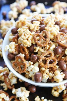 Peanut butter caramel corn with pretzels and chocolate pretzel bites. This sweet and salty popcorn is perfect for parties or every day snacking. Popcorn Snacks, Popcorn Recipes, Lunch Snacks, Easy Snacks, Popcorn Shop, Flavored Popcorn, Peanut Butter Popcorn, Snack Mix Recipes, Caramel Cookies