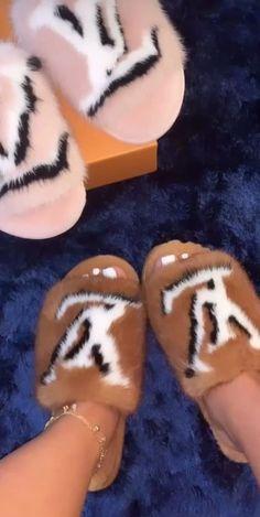 9 Super Comfortable DIY Sandals for Chic Womens Cute Sandals, Shoes Sandals, Shoes Sneakers, Zapatillas Louis Vuitton, Sneakers Fashion, Fashion Shoes, Fluffy Shoes, Cute Slides, Fresh Shoes