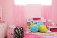 Ici, l'habillage de fenêtre fait office de tête de lit pour cette jeune princesse - Maison Expo HABITAT 2013 Expo Habitat, 2013, Bed, Furniture, Home Decor, Headboards, Princess, Bedroom, Home