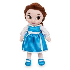 Notre poupée en peluche Belle introduit une des princesses préférées de Disney dans leurs jeux. Représentée enfant, elle comporte des détails féériques, tels qu'un visage brodé, des cheveux en tissu qui volent au vent et une robe en satin ceinturée par un ruban.