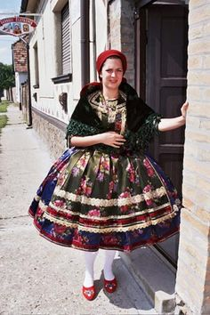 Costume and Embroidery of Sárköz, Hungary Folk Costume, Costume Dress, Costumes, Hungarian Dance, The Man Show, Hungarian Embroidery, Folk Dance, Girls Wear, Old Women
