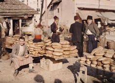 Brothändler auf einem Markt in Sarajewo am 15. Oktober 1912. Die Stadt in Bosnien-Herzegowina war damals Teil der Doppelmoarchie Österreich-...
