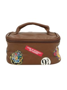 Going back to Hogwarts? You're gonna need a place to put your personal hygiene products! This brown faux leather toiletry bag features a Hogwarts stamp design, zipper closure and handle for easy carrying. Harry Potter Makeup, Harry Potter Bag, Harry Potter Merchandise, Harry Potter Outfits, Harry Potter Birthday, Harry Potter Hogwarts, Hot Topic Harry Potter, Harry Potter Baby Clothes, Harry Potter Marathon