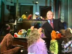 most favorite episode of The Muppet Show....Gene Kelly sings Singing in the Rain...perfection!