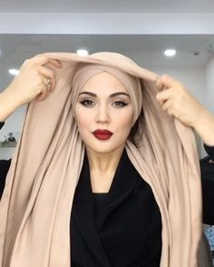 Hijab and Glasses: Here& a Pretty Chic Way to Wear HIjab with Lun . - Hijab and Glasses: Here& a Pretty Chic Way to Wear HIjab With Glasses - Hijab Tips Hijab Chic, Hijab Elegante, Stylish Hijab, Casual Hijab Outfit, Turban Hijab, Mode Turban, Hijab Dress, Turban Tutorial, Hijab Style Tutorial